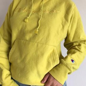 Champion gul hoodie  Størrelse S 140kr.
