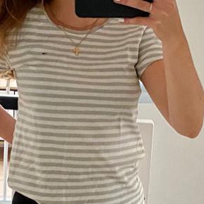 Sød grå- og hvid stribet t-shirt