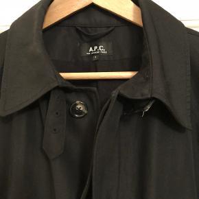 Varetype: Jakke Farve: Sort Oprindelig købspris: 3000 kr. Prisen angivet er inklusiv forsendelse.  Lækker frakke fra franske APC. Bytter ikke.
