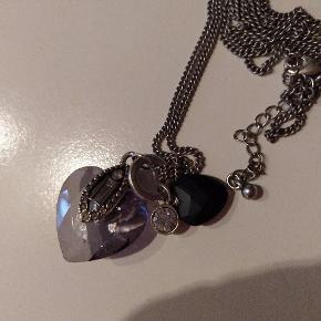 Ny flot lang halskæde med hjerter og sten