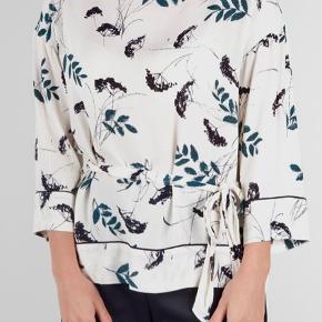 Fin bluse med bindebånd i smukt print fra Ganni. Str er 42 og kan også passes af en str 40. Kun brugt et par gange, så virkelig god stand. Pris 300kr Bytter ikke Mobilepay