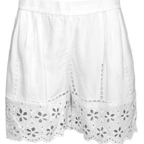 Varetype: Shorts Farve: Hvid Oprindelig købspris: 399 kr.  Rigtig fine shorts med blondemønster. Aldrig brugt og stadig med tags.