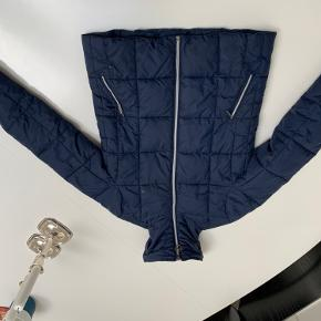 Mørkeblå vinterjakke med god krave. Fremstår i meget fin stand selvom den er brugt.