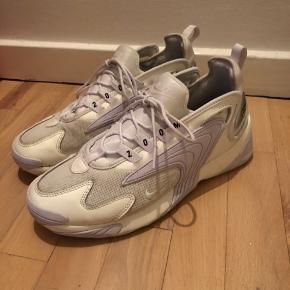 Sælger mine super fede Nike Zoom 2K da jeg ikke for dem brugt. De fremstår i pæn stand, da jeg desværre ikke har brugt dem meget generelt. Kom med et bud!😊