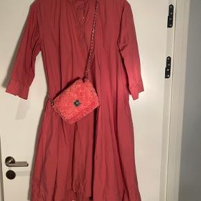 Aldrig brugt - prismærket er dog taget af.  Super skøn lille vamset taske fra Becksöndergaard kan bruges cross body eller som clutch. Har et rum. Lækker pink farve.