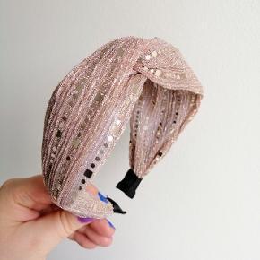 Hårbøjle KUN 40 kr. stk. Plus porto.  Kan bruges både af børn og voksne. Farven kan variere lidt fra billedet pga. lyset. Fast pris, ingen bytte.   Porto er 10 kr. Med PostNord via MobilePay.  Porto er 33 kr. Med DAO via Trendsales.   Hårspænde hårbøjle hårbøjler Spænder pandebånd accessories smykker Hår pynt hårspænder hårpynt accessorie accessory