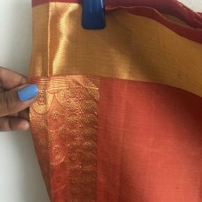 Sari i 100% silke. Længde ca 6 M. Købt i Mumbai.