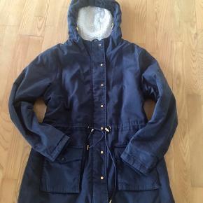 Vila Str. Xl Mørkeblå  Længde 82cm Bryst 60x2cm Indv. arm 50cm  Har noget fnuller, men en lækker varm jakke.