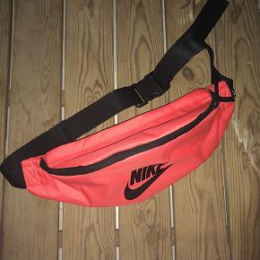 Sælger denne orange/røde bæltetaske fra NIKE. Sælges da det er et fortrudt køb. Sendes med DAO på købers regning. Søgeord: Nike, Adidas, Carhartt, Reebok, Ellesse