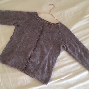 Lækker lyselilla hjemmestrikket cardigan i 100% uld:)   - Af meget god kvalitet  - Brugt en gang eller to men det ses ikke.  - Angående størrelsen ligger den omkring      en oversized S/M.  (Tager gerne imod bud).