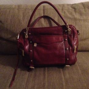 """Rebecca Minkoff læder taske i farve """"Port"""" (bordeaux). Modellen hedder Cupid Satchel. Den har så SÅ mange gode rumme, og kommer med en lang rem, så den kan bruges over skulderen eller crossover også. Aldrig brugt. :-)   Ny pris. ca. 2.300,-   BYD! :-)   #blackfriday"""