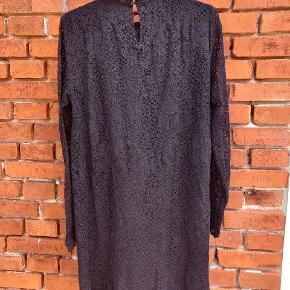 Flot sort blonde kjole fra Vila str L.  🌼   Befinder sig på Langeland, men kan efter aftale transporteres til enten Svendborg eller København.
