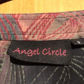Angle circle bluse. 3 el Str 56. Bryst 2x75 cm. Længde bag 79 cm. Viskose.