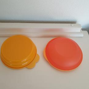 2 fine skåle - en i orange og en i abrikos.  Omkring 300 ml.