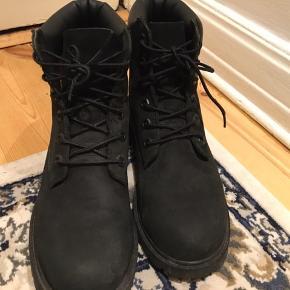 Sælger disse Timberland støvler. De er brugt 6 gange og er i virkelig god stand.  De er i str. 37,5 men de er store i størrelsen😊 Np: 1500 kr.  byd