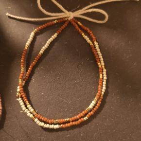 Nye armbånd med forgyldte eller forsølvet perler. 1 sæt med 2 armbånd - 100kr  Fås i flere farver og størrelser. Sender med DAO forsikret pakke eller postnord 15kr som uforsikret brev.