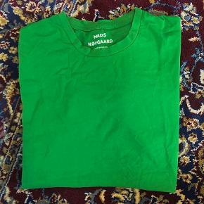 Grøn tshirt fra Mads Nørgaards herreafdeling.  Str. M, men kan nok passes fra XS-M/L
