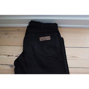 - Wrangler Jeans  - TEXAS model  - En af Wranglers mest populære modeller   Pasform: - Str. W35 L34 svarer til en Large - Bukserne er korte i længden, da det er sådan modellen er, så det skal man lige tage højde for.