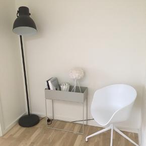 Gulvlampe HEKTAR fra IKEA inklusiv 2 x pærer sælges til 300 kr. Den fejler intet ud over ridser (se billede). Den har pære i samt der medfølger en ekstra pære (helt ny)  Gulvlampe nypris 399 kr. To pærer 59 kr. pr. stk. Samlet pris 517 kr.  Gulvlampen + pærer kan hentes i Egå.