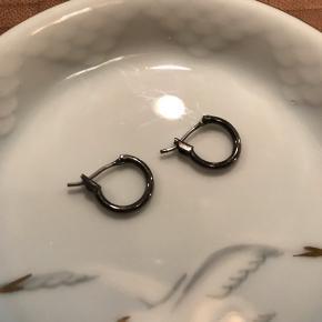 Små hoops som måler ca. 1 cm i diameter. I oxyderet 🙌🏼 brugt men ok stand. Fra Pilgrim   Bemærk - afhentes ved Harald Jensens plads eller sendes med dao. Bytter ikke 🌸  💫 Ørering øreringe sticks hoops ring ringe sort oxyderet sølv sølvfarvet