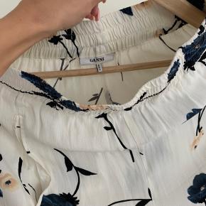 Ganni buks   - har skjorten til som sæt  - kan passes af en xs/s ( måske en lille m) - brugt en gang  - kan sidde på hofte eller højtaljet   - BYD gerne