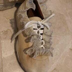 Ganni sko i str 37. Har desværre vasket dem i hånden hvorfor de er blevet misfarvet. Har ikke kunne overskue og gøre dem rene, derfor sælger jeg dem til en lavere pris.  Ny pris 2000kr
