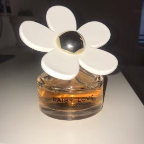 Sælger denne parfume fra Marc Jacobs - navnet på parfumen er 'daisy love'. Den er brugt lidt og ca et år gammel 🤍 100ml