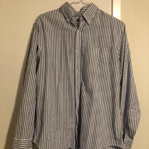 Relativ ny skjorte, så ingen misfarve. Brugt få gange. Sælger ud af mit klædeskab.