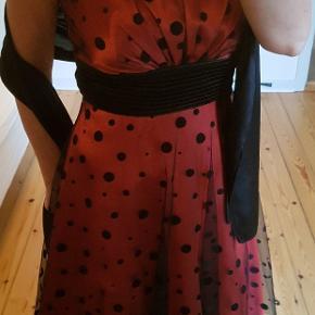 Sød kjole til sommerens fester. Bolero i satin og satin tørklæde til skuldrene medfølger. Købt hos Henning, der havde Belmondo kjoleforretningen på Store Torv.
