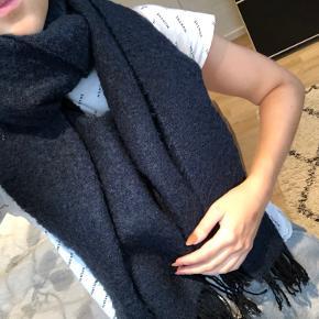 Lækkert tørklæde fra pieces Mørkeblå med sorte frynser