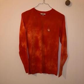 Sælger denne fede røde langærmede trøje fra Ganni i en str. XS. Den er aldrig brugt og har stadig prismærke. BYD