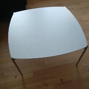 Super flot og velholdt Sofabord fra ide møbler.79 cm * 79 cm 40 cm høj Har et hak i bordet som vidst på det sidste billede, dog har det ingen betydning for dens funktion. Ny pris var 2600 kr