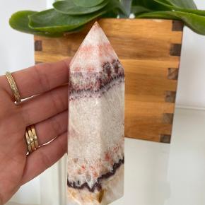 """👉🏼  Krystaltårn - Stor unik rød / hvid calcit krystalspids fra Mexico 💖 Prisen er for 1 stk. 👉🏼 Den du ser på det første billede.  👉🏼 🛍 Se gerne resten af mine annoncer og følg min profil, for tøj, boligtilbehør, krystaller, krystalsmykker m.m. Der kommer løbende mere til.  👉🏼 🎁 Tryk """"Køb nu"""", tilføj evt. flere ting og jeg sender senest dagen efter."""