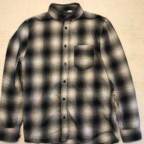 Sælger denne H&M skjorte som ikke er tilgængelig på webshoppen mere. Sælger den billigt, da jeg ikke bruger den mere. Np: 300kr Mp: 100kr  Bin: 170kr  Str: S (fitter mig på 178 cm) Cond: 8/10