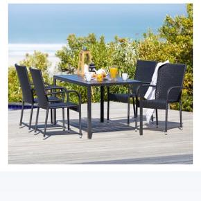 Havebord med 4 tilhørende stole sælges til 1500 kr. i alt. Kan afhentes i Odense SØ.