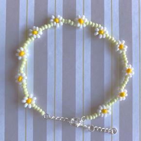 Fint håndlavet blomster perlearmbånd. I lysegrøn, gul og hvid 🌼 med lang sølv lås (justerbar). 50,- 3 stk. 125,-   Kan laves i alle farver   #trendsalesfund
