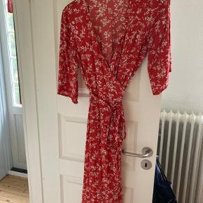 Rød/orange slå-om kjole fra magasin. Sælges da jeg ikke bruger den mere.