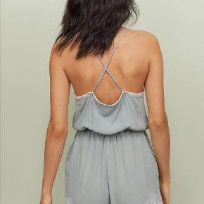 Fineste buksedragt med flotte blonder og detaljer. Brugt nogle gange, uden mærke. Vil mene den svarer til en størrelse 40. Tager ikke billede af tøjet på. 🌺