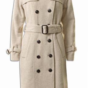Brand: Pbo AW18  PHILOSOPHY BLUES ORIGINAL Varetype: Smukkeste frakke  Alpaca uld NYHED 2018 NY KAJSA COAT vinterfrakke Farve: creme beige Oprindelig købspris: 2999 kr.  Overvejer at sælge min nye frakke, da jeg har fået købt mere end jeg får brugt - Den er stadig med tags og hænger i butikkerne nu   Se gerne min profil for flere designervarer - god samlet pris gives