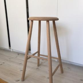 Super fin taburet/barstol fra trævarerfabrikernes udsalg i massiv ask. Så god som ny. Nypris: 599 kr. Min pris: 300 kr.