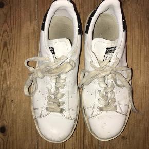 Klassiske sneaks med den lidt højere sål som cool twist! Sælges da jeg desværre ikke får den brugt :(