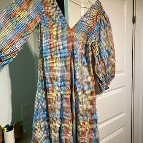 Jeg kan overveje at sælge denne rigtig fine Ganni kjole, hvis det rette bud kommer.  Den er aldrig brugt, og fitter en str. S eller M  Sælges billigt, og kan enten sendes eller hentes i Odense omegn