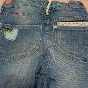 Flotte bukser med detaljer.  Kun brugt få gange.  Se alt mit fine pigetøj jeg har til salg.  Betaling via mobilepay   Køber betaler forsendelse!