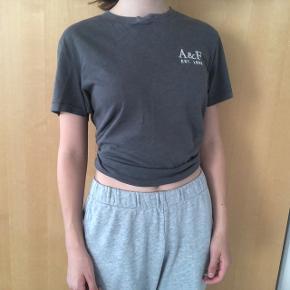 Fin mærketøj grå T-shirt. en smule slidt i toppen men ellers fin stand.