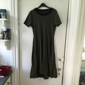 Super sød t-shirt kjole fra cos. Den er brugt 3-4 gange og standen er som ny. 100 % bomuld. Str m.