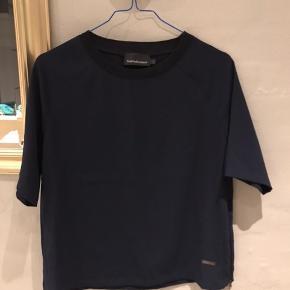 Flot mørkeblå T-shirt fra peak performance🧡
