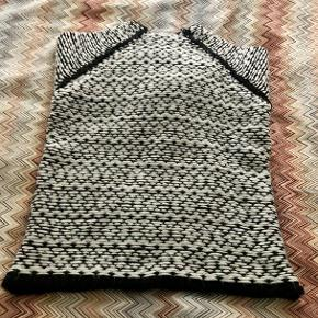 Chunky knit in 90% acrylic and 10% wool in great condition and quality.