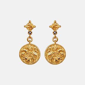 OLLI EARRINGS  Mønt-øreringen Olli er en detaljerig lille skat fattet med en unik sort diamant.  Pris: 550 DKK Længde: 2,2 cm  Materiale: Sterlingsølv (925), belagt med 18 karat guld, sort diamant: 0.033 karat