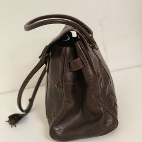 Vintage Mulberry taske i modellen Bayswater. Tasken er i brunt læder, og har mange super fine detaljer. Målene på tasken er 39x35x14. Dustbag medfølger. Tasken er stort set aldrig brugt, og sælges, da jeg synes det er synd at den bare ligger. Skriv endelig for flere billeder/detaljer!  Kom gerne med realistiske bud!