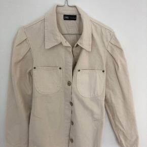 Zara deminjakker/skjorte - aldrig brugt. Kan bruges med og uden bælte.